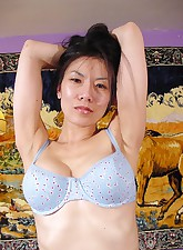 Pretty Asian bares it all to..