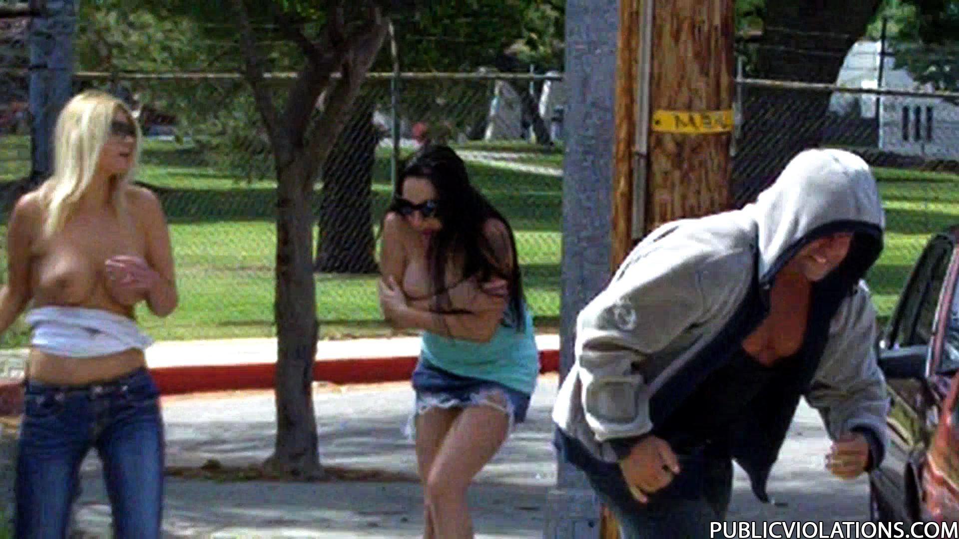 Срываем одежду на публике 8 фотография